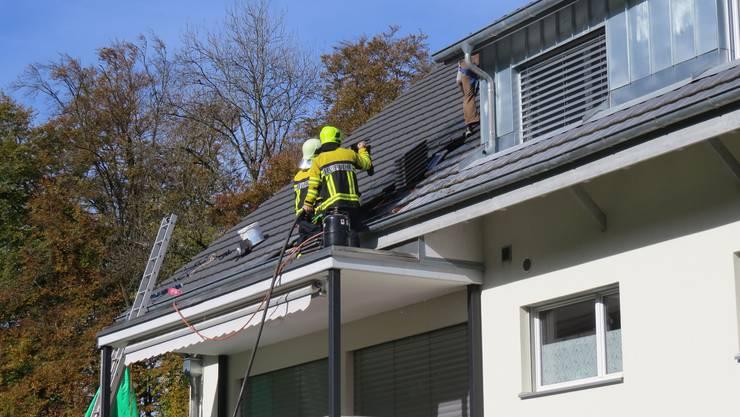 In Mülligen brach am Dienstag während Arbeiten auf dem Dach eines Mehrfamilienhauses ein Brand aus.