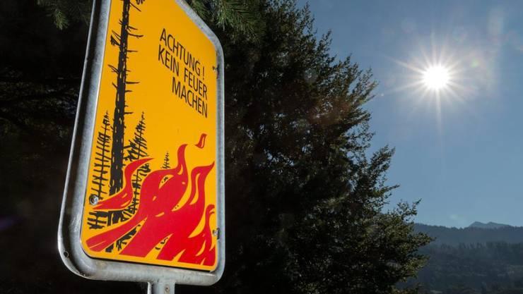 Feuer sollte im Wald nie unbeaufsichtigt gelassen werden. (Symbolbild)