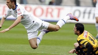 Adrian Nikci (FCZ, links) wird von Issam Mardassi von den Beinen geholt