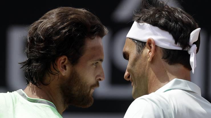 Keine Gegner auf Augenhöhe: Der Portugiesen João Sousa (l.) und Roger Federer (r.).