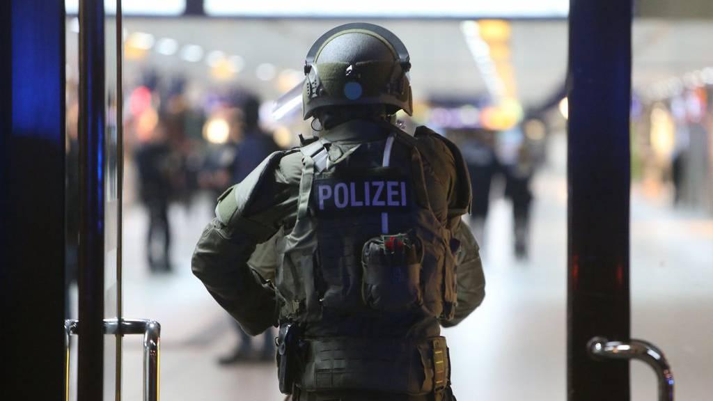 Ein mit einer Axt bewaffneter Mann hat am Donnerstagabend mehrere Personen am Düsseldorfer Hauptbahnhof verletzt.