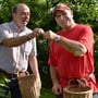 Regierungsrat Markus Dieth (links) lässt sich von Obstproduzent Andy Steinacher gerne erklären, welche Kirschen schon genug reif für die Ernte sind.