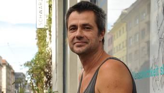 Michel Steiner arbeitet für den «Schwarzen Peter» im Büro an der Elsässerstrasse und auf Basels Gassen.