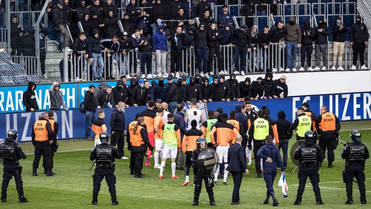 GC-«Fans» forderten beim Auswärtsspiel in Luzern die Spieler auf, Shirts, Hosen und Stulpen bei ihnen zu deponieren – Vereinspräsident Stephan Rietiker und Torhüter Heinz Lindner suchten das Gespräch.