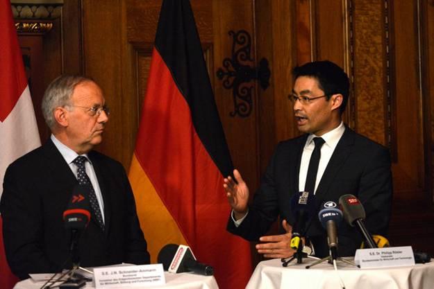 Schneider-Ammann und Philipp Rösler im Gespräch.