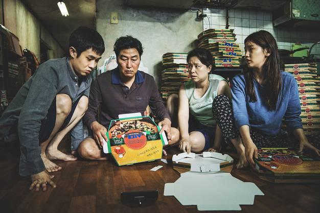 «Parasite»: Song Kang-ho spielt Ki-Taek, den Patron einer verarmten Familie, die sich mit Tricks und Lügen in das Anwesen der reichen Familie Park einnistet. In diesem Mikrokosmos vollzieht sich in der Folge ein irrwitziger, zunehmend brutaler Klassenkampf. «Parasite» ist Komödie, Thriller und Sozialparabel in einem. Ein Meisterwerk voller genialer Einfälle und unerwarteter Wendungen. Jetzt in den Schweizer Kinos. (LOR)
