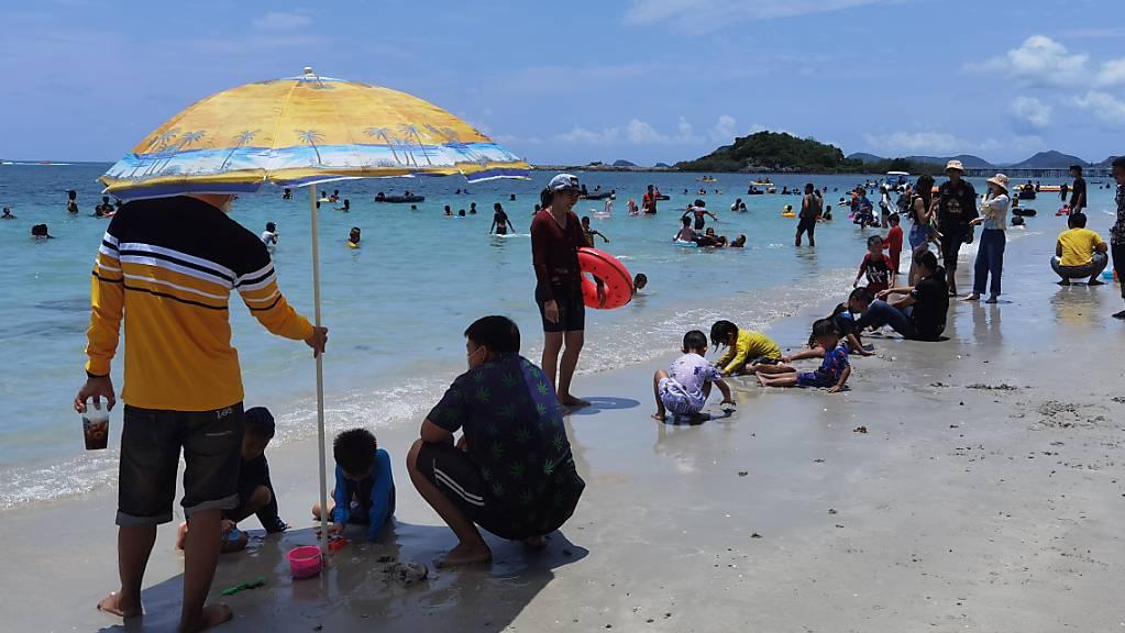 ARCHIV - Menschen genießen die Zeit am Strand von Chonburi in Thailand. Um den am geschwächten Tourismussektor wiederzubeleben, setzen die thailändischen Behörden jetzt auf Gäste aus Indien, teilte die Zeitung «Bangkok Post» mit Berufung auf die Vize-Präsidentin der nationalen Tourismusbehörde mit. Foto: Penny Yi Wang/AP/dpa