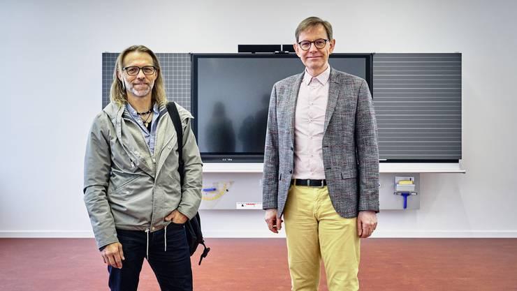 Architekt Andreas Stalder (links) und Gemeinderat Stephan Schibli im neuen Anbau des Primarschulhauses in Stetten.