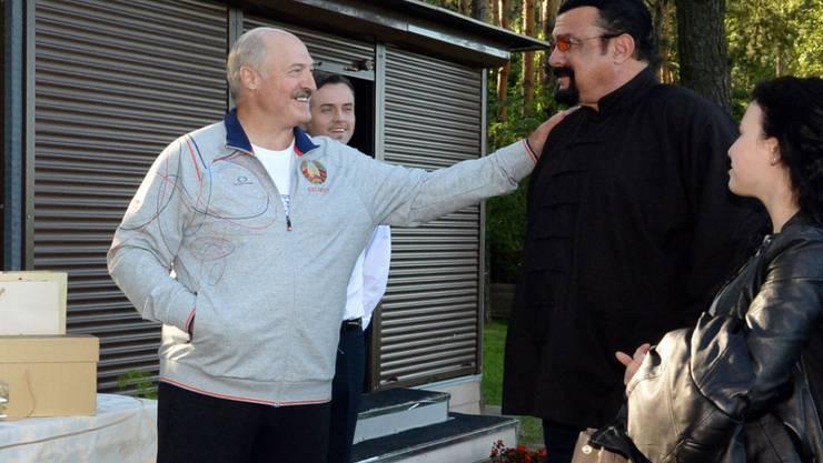 Der weissrussische Präsident Alexander Lukashenko (links) heisst den US-Actionschauspieler Steven Seagal willkommen (Archiv)