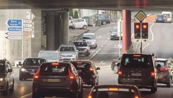 Erhöhtes Verkehrsaufkommen an der Neumarkt-Kreuzung in Brugg, wo Strassen aus vier Richtungen zusammenkommen, darunter auch viel Verkehr aus dem Unteren Aaretal. Alex Spichale