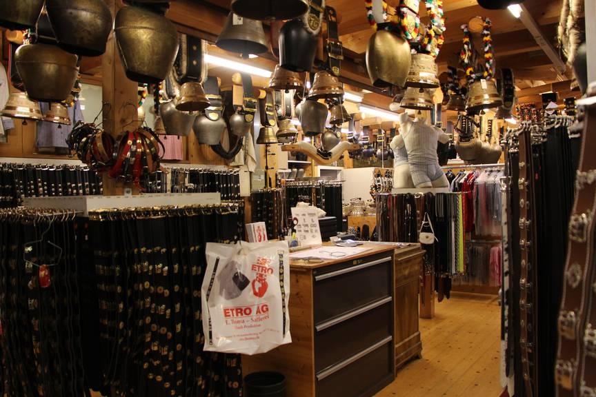 Im Laden der Etro AG gibt es fast alles aus Leder. (Bild: FM1Today/Lara Abderhalden)