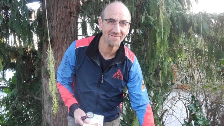 Mit Kompass und Karte geht Alois Achermann auf die Jagd nach OL-Posten.