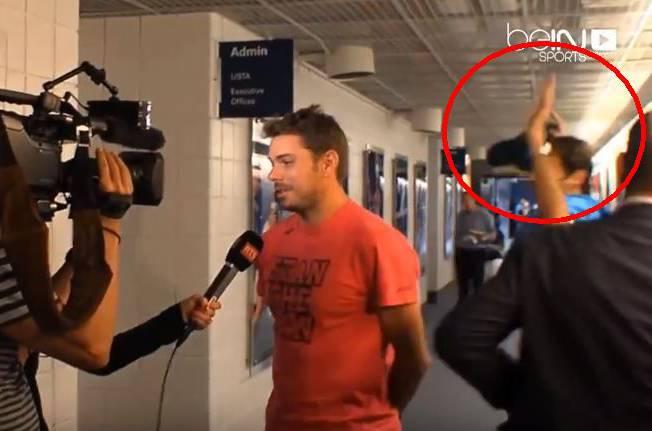 Noch keine Spur von Rivalität: Federer trifft Wawrinka in den Katakomben und crasht sein TV-Interview.