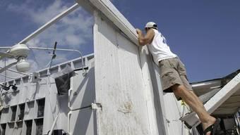 Nach dem Tornado: Der Besitzer des Breezy Point Surf Clubs auf der Rockaway-Halbinsel in Queens inspiziert Schäden