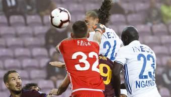 Genfs Goalie Jérémy Frick kommt beim 0:1 gegen Noah Loosli zu spät