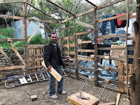 Ein Palästinenser im inoffiziellen Teil des Camps: Er baut sich seine Baracke selbst.
