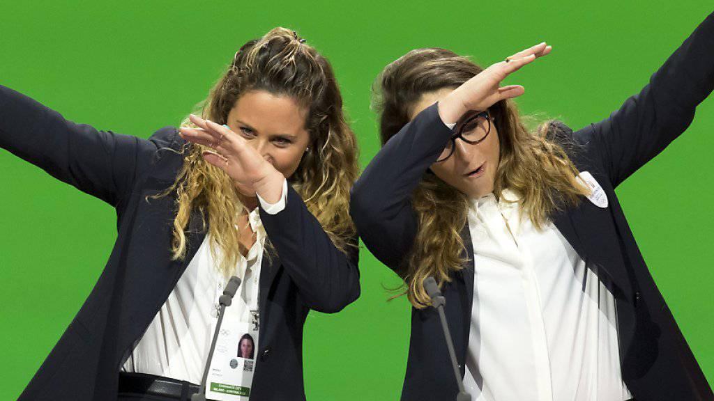 Die italienische Alpin-Olympiasiegerin Sofia Goggia (rechts) und die Snowboarderin Michela Moioli warben bei der Präsentation für Mailand/Cortina