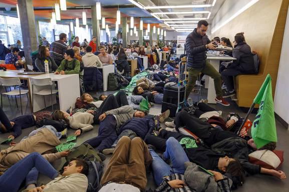 Klima-Aktivisten demonstrierten im April «schlafend» an der Uni Lausanne.