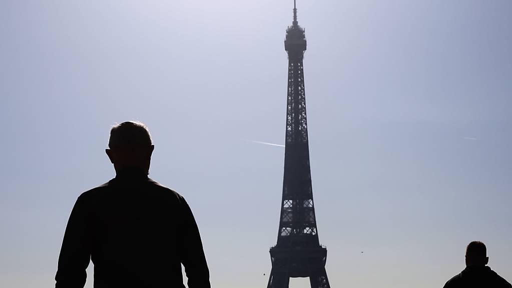 Im Kampf gegen Corona hat Frankreichs Staatschef Emmanuel Macron Beschränkungen landesweit verschärft und Schulschließungen angekündigt. Foto: Gao Jing/XinHua/dpa