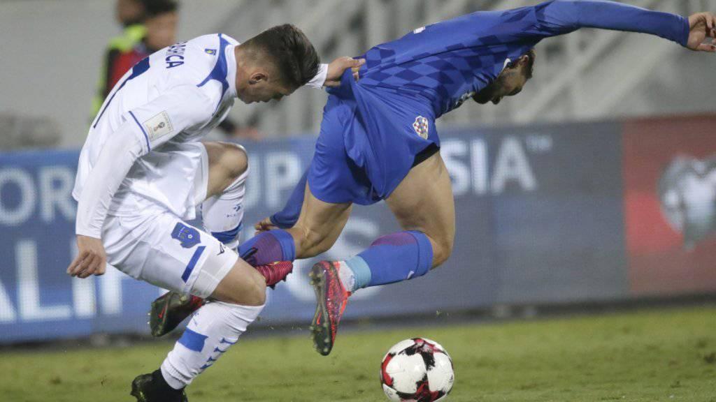 (K)ein Halten: Kosovos Milot Rashica (li.) kann Kroatiens Mateo Covacic nicht bremsen