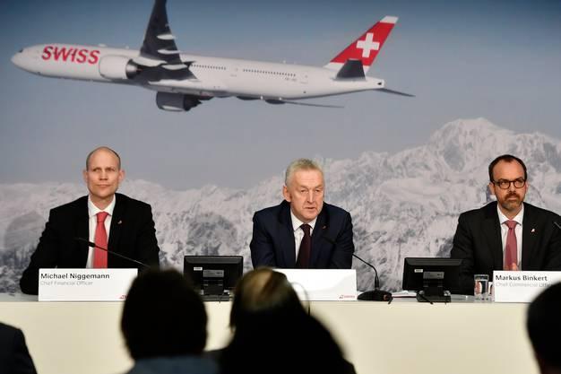 Swiss-Pressekonferenz vom März 2018: Michael Niggemann, damals Finanzchef der Swiss, ist inzwischen im Lufthansa-Vorstand. Er gilt als brillanter Kopf - und somit auch als möglicher Kandidat für den Swiss-Chefposten und die Nachfolge von Thomas Klühr (Mitte). In der Poleposition dürfte aber nach wie vor der heutige Swiss-Finanzchef Markus Binkert (rechts) stehen.