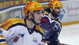 Luganos Hnat Domenichelli (l.) und der Zuger Josh Holden beobachten das Geschehen