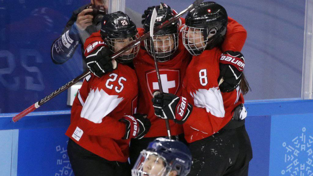 Die vierfache Torschützin Alina Müller (Mitte) freut sich mit ihren Schweizer Teamkolleginnen
