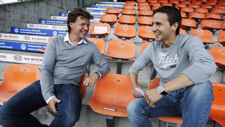 Dauerwelle oder Naturlocken? FC-Aarau-Captain Sandro Burki (r.) entlockt seinem Trainer Jeff Saibene im Interview die intimsten Geheimnisse.