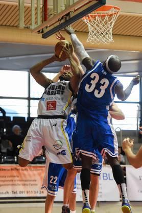Luganos Antonio Maurice Ballard, links, im Duell mit Basels Darell Scott Vinson, rechts.