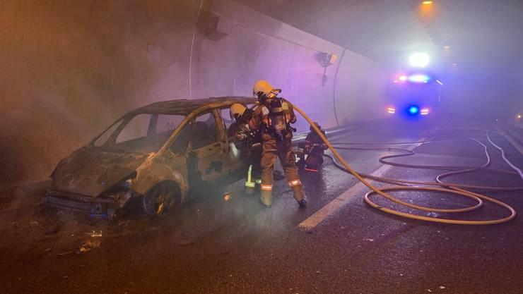 Erst rauchte es, dann stand das Auto in Kürze in Flammen.