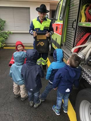 Patrick Zimmermann erklärte am Feuerwehrtag die Feuerwehrfahrzeuge und zeigte den Kindern die mitgeführte Ausrüstung, über die viele schon erstaunlich gut Bescheid wussten.