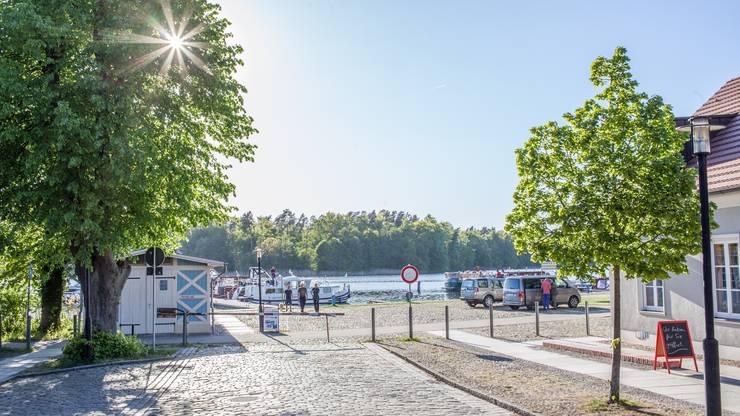 Wir begeben uns an Land, um Rheinsberg zu entdecken. Das Städtchen mit heute 8000 Einwohnern markierte einst die schönsten Jahre im Leben von Friedrich dem Grossen.