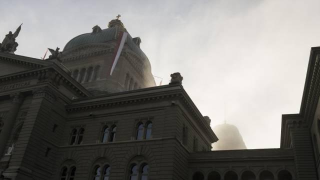 Sich lichtender Nebel über dem Bundeshaus in Bern (Archiv)