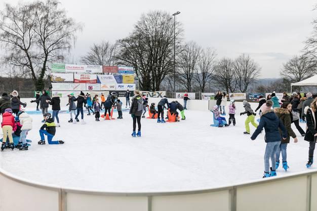 Jung und Alt haben Spass im Döttinger Eisfeld.