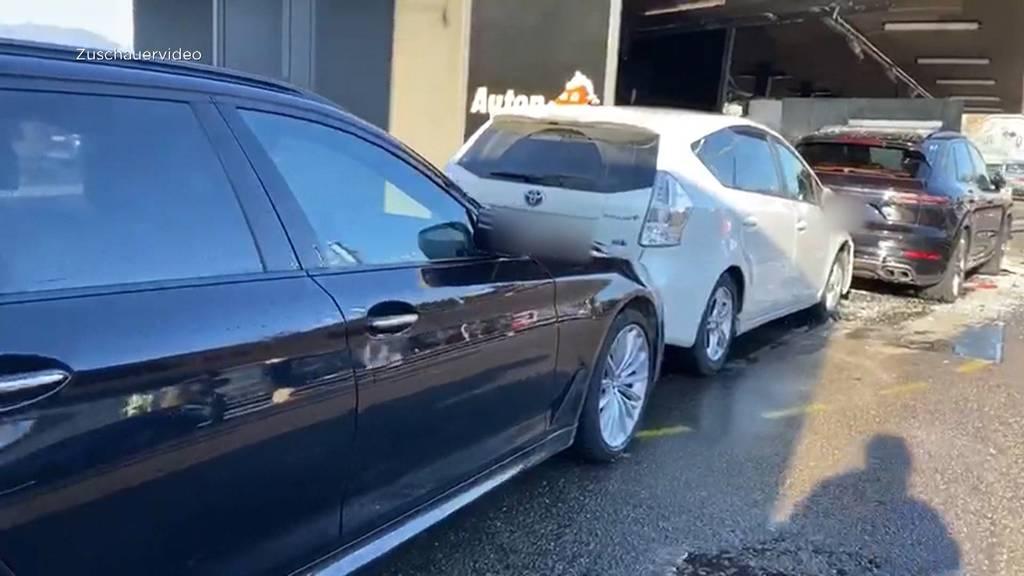 Teure Irrfahrt: Auto rast durch Waschanlage