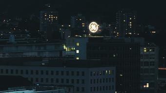 Leuchtet weit über die Stadtgrenze hinaus: die Leuchtreklame von General Electric.
