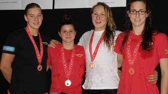 Die Bronzemedaillen-Lagenstaffel der Damen: Sibylle Gränicher, Olivia Sindico, Fabienne Schwerzmann und Mélanie Keller (von links nach rechts).