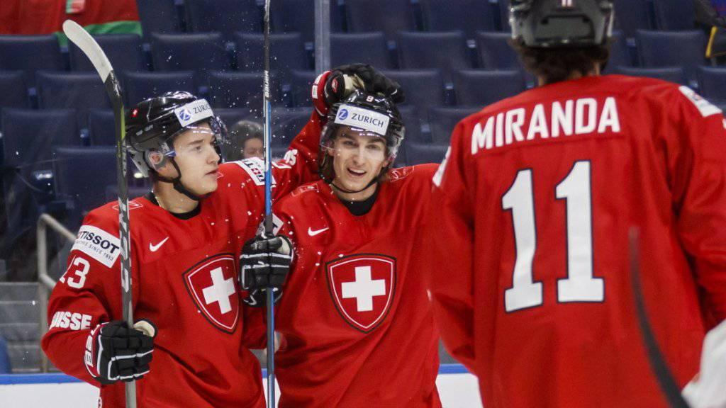 Kuraschew und Miranda gratulieren Nicolas Müller (Mitte) zu seinem Tor gegen Schweden