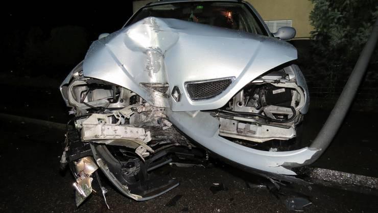 In Mülligen geriet ein Automobilist auf der Hauptstrasse ins Schleudern und prallte mit grosser Wucht gegen eine Strassenlampe.