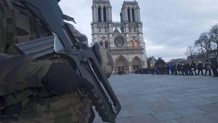 Unter wachsamen Augen von Soldaten begeben sich hunderte in die Kathedrale Notre Dame in Paris: Die Weihnachtsfeierlichkeiten an vielen Orte, unter anderem in Frankreich, fanden unter scharfen Sicherheitsvorkehrungen statt.