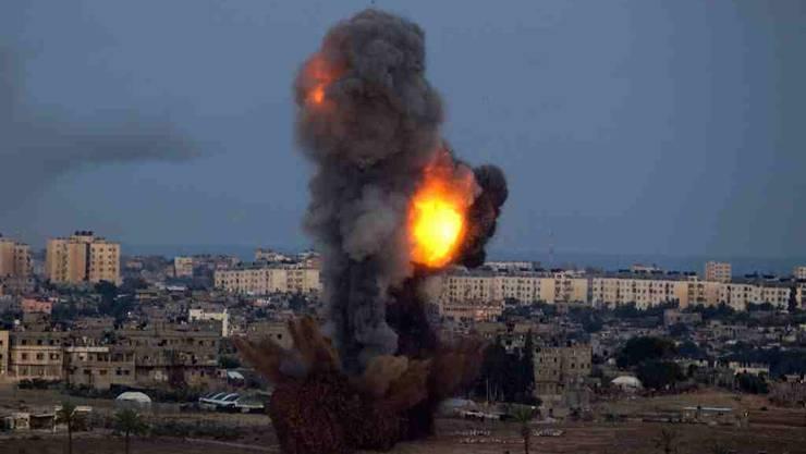 Eine israelische Bombe schlägt im Gazastreifen ein.