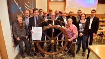 Der Grenchner Gemeinderat posierte fürs Gruppenbild mit einem Steuerrad.