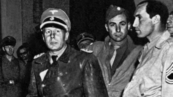 Der SS-Standartenfuehrer Walther Rauff, Mitte, kurz nach seiner Festnahme durch die Allierten am 21. Januar 1945 in Mailand