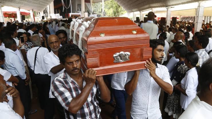 Erste Opfer der Attentate in Sri Lanka sind beerdigt worden.