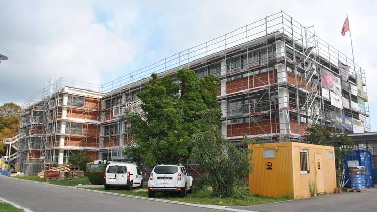 Wo einst Schuhe genäht wurden, wird bald gewohnt: In zwei Hallen entstehen derzeit 50 Wohnungen.