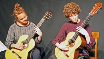 Das Gitarrenduo Schö a deux mit Esther Thommen und Noemi Locher (von links) zeichnete ein musikalisches Portrait.