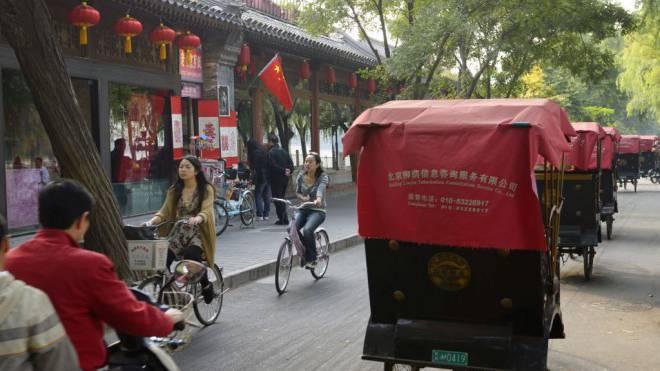 Bereit zur Erkundungstour: Touristen können in Peking selber in die Pedale treten. Velos und Rikscha-Taxis auf der Qianhai-Beiyan-Strasse am Qianhai-See. Foto: Getty Images