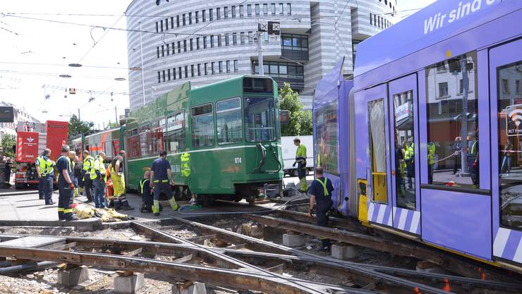 Das 15er Tram der BVB rollte rückwärts und stiess mit dem violetten BVB-Tram zusammen.