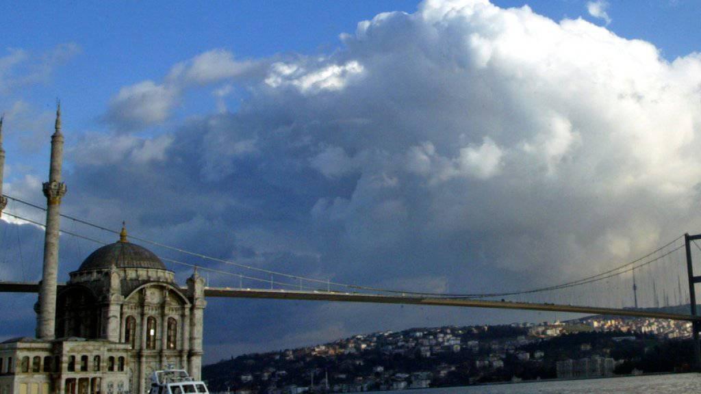 Das EDA passt die Reisehinweise zur Türkei werden an: Hier im Bild die Ortakay-Moschee und die Bosporus-Brücke in Istanbul (Archiv)