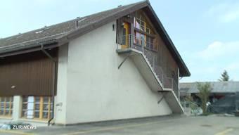 Die Bevölkerung von Kirch-Dinhard bei Winterthur hat sich vergebens gegen das geplante Bordell gewehrt. Besorgte Mütter laufen Sturm.